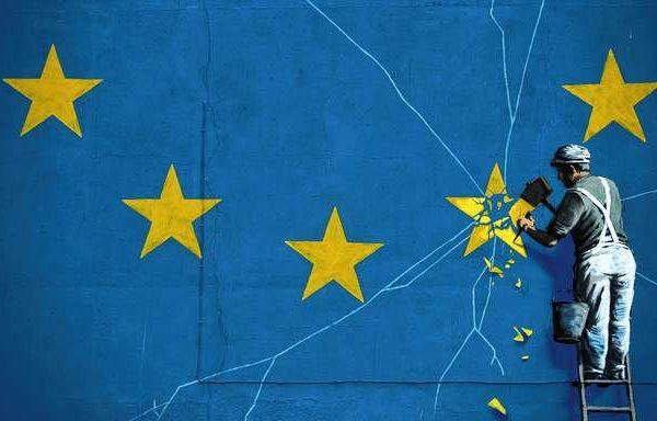 07.01.2019, Großbritannien, Dover: Das Brexit-Wandbild von Banksy zeigt einen Mann, der die EU-Flagge mit einem Hammer entfernt und ist in Dover zu sehen. Foto: Matt Dunham/AP/dpa +++ dpa-Bildfunk +++